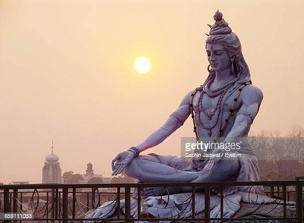 shiva statue against sky during sunrise - dieu hindou photos et images de collection