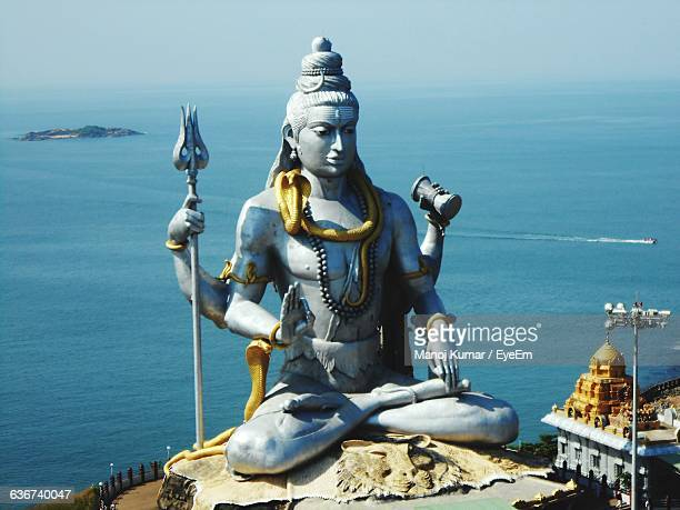 shiva statue by sea at murudeshwara - dieu hindou photos et images de collection