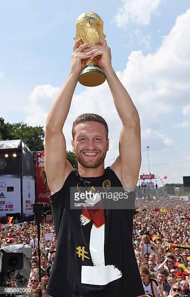 Shkodran Mustafi Deutschland Germany mit Weltcup Weltpokal WM Pokal Weltmeisterschaftspokal Rückkehr der Deutschen Fussball Nationalmannschaft nach...