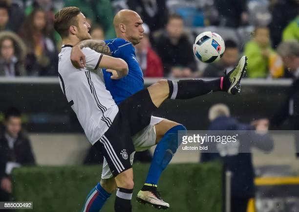 Shkodran Mustafi im Zweikampf mit Simone Zaza waehrend dem Fussball Laenderspiel Deutschland gegen Italien in der Allianz Arena am 29 Maerz 2016 in...