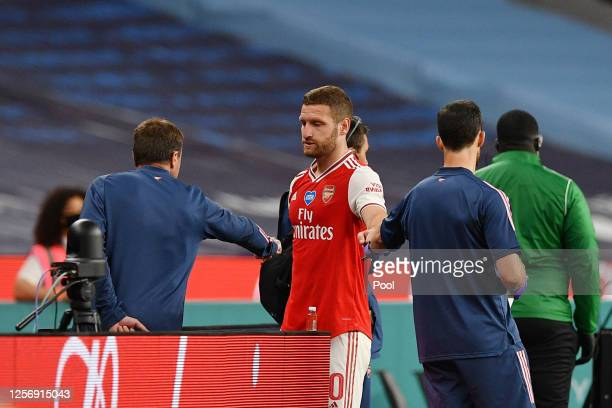 Shkodran Mustafi of Arsenal leaves the pitch injured during the FA Cup Semi Final match between Arsenal and Manchester City at Wembley Stadium on...