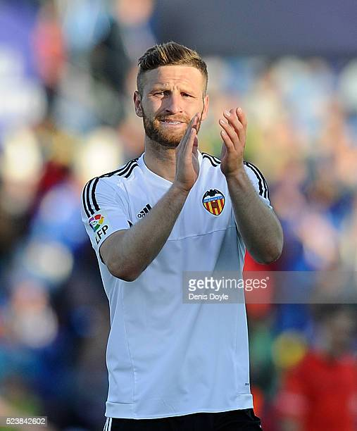 Shkodran Mustafi of Valencia applauds fans after Valencia drew 22 with Getafe CF during the La Liga match between Getafe CF and Valencia CF at...