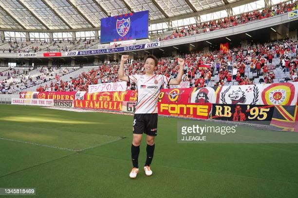 Sho INAGAKI of Nagoya Grampus applaud fans after the J.League Levain Cup Semi Final second leg match between FC Tokyo and Nagoya Grampus at Ajinomoto...