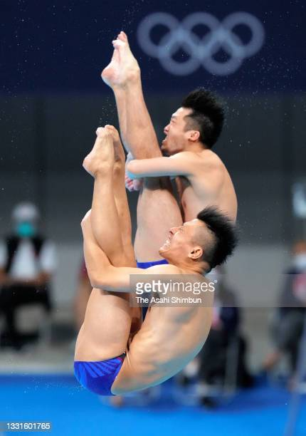 Sho Sakai and Ken Terauchi of Team Japan compete during the Men's Synchronised 3m Springboard final on day five of the Tokyo 2020 Olympic Games at...