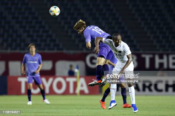 Sho Sasaki of Sanfrecce Hiroshima and Leo Silva of Kashima Antlers compete for the ball during the AFC Champions League round of 16 second leg match...