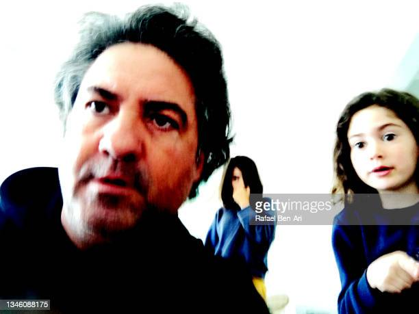 shocked father and daughters looking at something disturbing - rafael ben ari photos et images de collection
