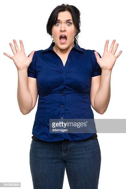 Chocado Jovem mulher com as mãos para cima