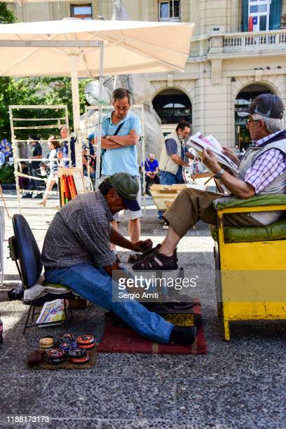 shoe shine in the street of santiago de chile - sergio amiti stock pictures, royalty-free photos & images