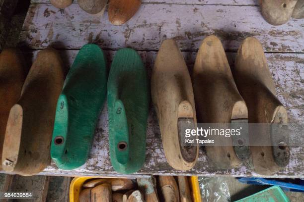 a shoe shop with tools to make pairs of shoes - metro manila stock-fotos und bilder