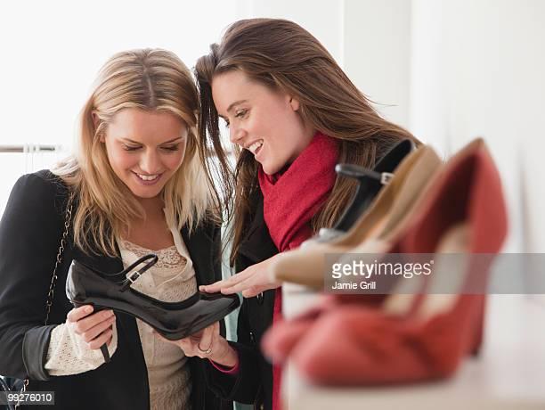 shoe shopping - roupa de mulher - fotografias e filmes do acervo