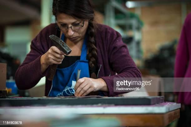 schuhmacher arbeitet in der fabrik - schuhmacher stock-fotos und bilder