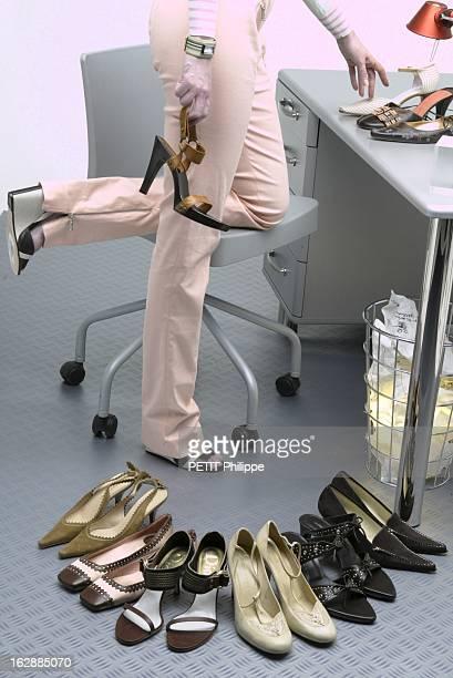Shoes For Summer La chaussure au bureau femme portant des sandales en toile et cuir de HERMES tenant à la main une sandale en cuir et bois PLEIN SUD...