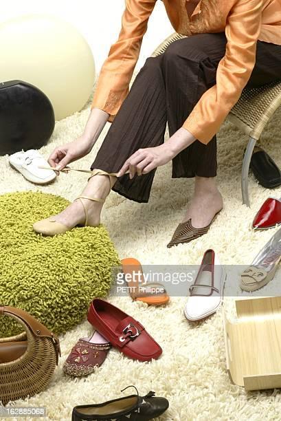 Shoes For Summer La chaussure du weekend femme portant une mule en cuir beige à lacer sur la cheville LES PRAIRIES DE PARIS pour ANDRE et une...