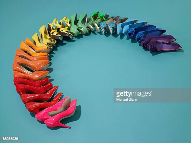shoes in rainbow formation - nette schoen stockfoto's en -beelden