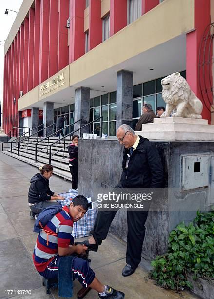 A shoeshine boy works outside the Courthouse of Callao where 19yearold Briton Melissa Reid and 20yearold Irishwoman Michaella McCollum Connolly...