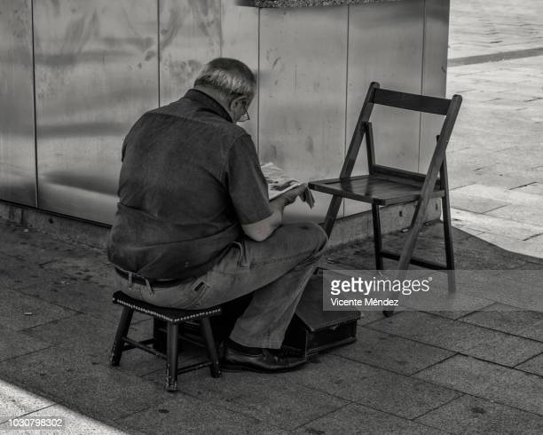 Shoeshine without clients in the shade