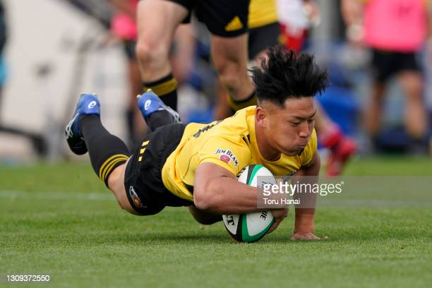 Shogo Nakano of the Suntory Sungoliath dives to score his side's fourth try during the Top League match between Toyota Verblitz and Suntory...