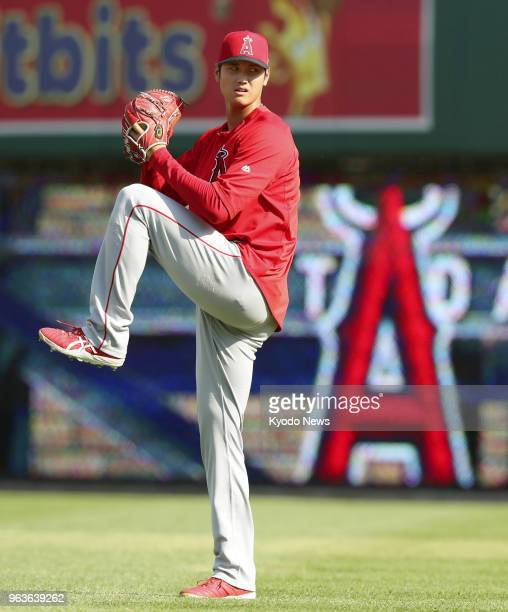 Shohei Ohtani of the Los Angeles Angels plays catch before a game against the Detroit Tigers on May 29 in Detroit ==Kyodo
