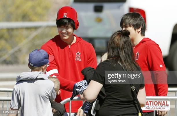 Shohei Ohtani signs autographs for fans at the Los Angeles Angels' spring training site in Tempe Arizona on Feb 26 2019 ==Kyodo