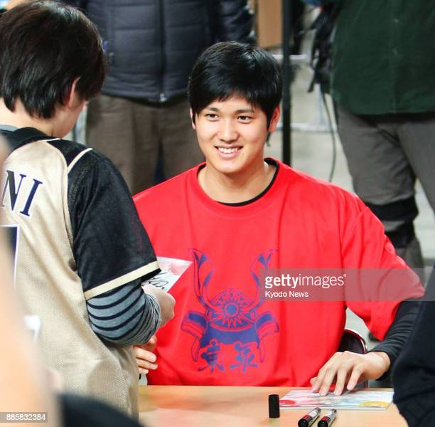 Shohei Otani of the Nippon Ham Fighters gives an autograph to a fan during an event at Sapporo Dome in Hokkaido on Nov 26 2017 ==Kyodo