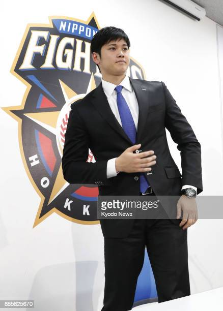 Shohei Otani of the Nippon Ham Fighters leaves a press conference at the team's office in Sapporo on Dec 5 after resigning with the team for the 2017...