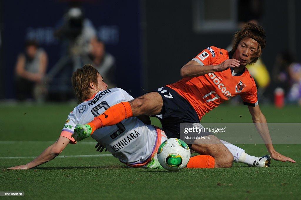 Shohei Takahashi #17 of Omiya Ardija in action during the J.League match between Omiya Ardija and Sanfrecce Hiroshima at Nack 5 Stadium Omiya on May 6, 2013 in Saitama, Japan.