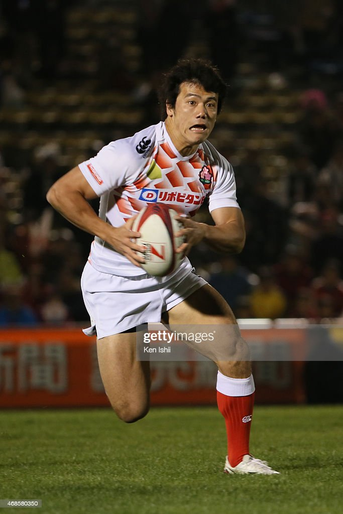 Shohei Toyoshima #10 of Japan runs with the ball in the game between France and Japan during day one of the Tokyo Sevens Rugby 2015 on April 4, 2015 in Tokyo, Japan.