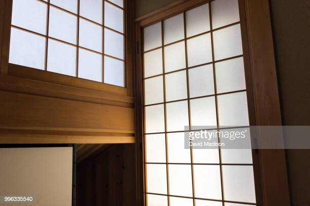 shoji sliding panels in japanese ryokan - 間 ストックフォトと画像