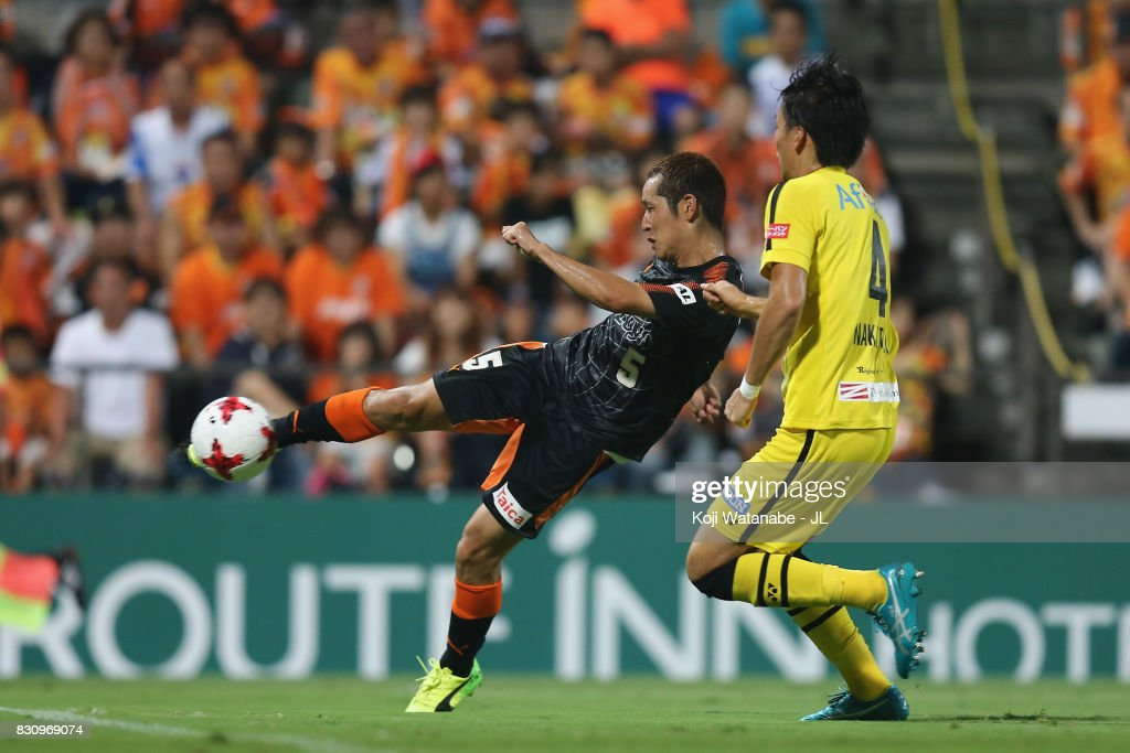 Shoma Kamata of Shimizu S-Pulse scores his side's first goal during the J.League J1 match between Shimizu S-Pulse and Kashiwa Reysol at IAI Stadium Nihondaira on August 13, 2017 in Shizuoka, Japan.