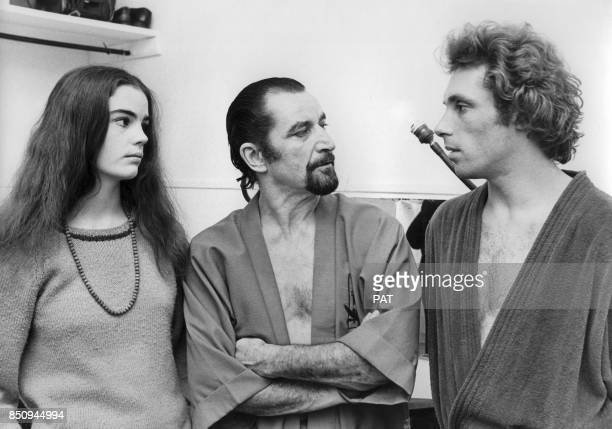 Shonach Mirk et Jorge Donn avec le chorégraphe Maurice Béjart lors d'ue répétition au Palais des Congrès le 8 janvier 1976 à Paris, France.
