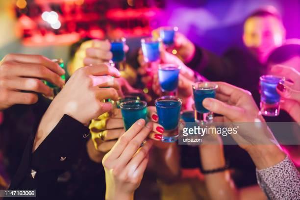toast de tireur - alcool photos et images de collection