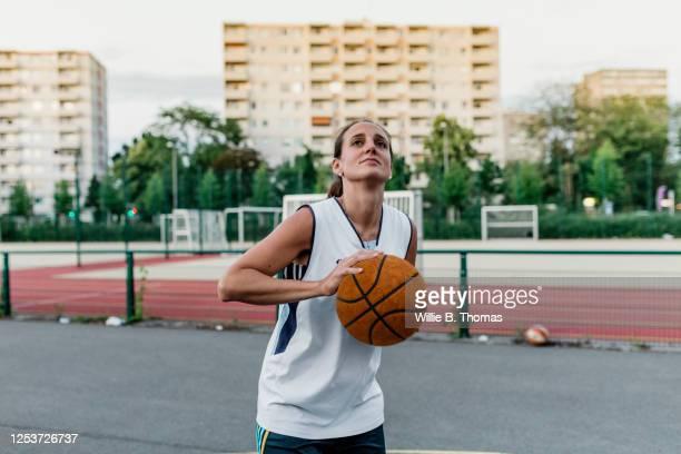 shooting baskets - tirare la palla foto e immagini stock