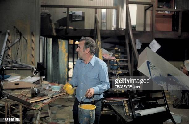 Shooting Of The Film 'Cesar Et Rosalie' By Claude Sautet Tournage du film 'César et Rosalie' de Claude SAUTET plan de profil du réalisateur au milieu...