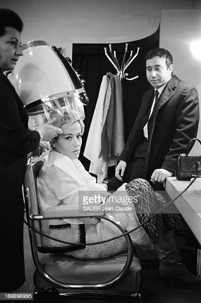 Shooting Of The Film 'Declic Et Des Claques' By Philippe Calir Annie GIRARDOT dans un salon de coiffure la tête sous le séchoir sous le regard de...