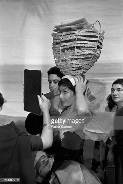 Shooting Of The Film 'foliesbergere' By Henri Decoin A BoulogneBillancourt dans un studio de cinéma lors du tournage du film 'FoliesBergère' du...