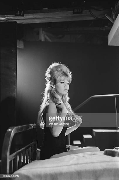 Shooting Of The Film 'la Bride Sur Le Cou' By Roger Vadim Attitude de Brigitte BARDOT touchant ses cheveux assise sur un lit avant le tournage d'une...