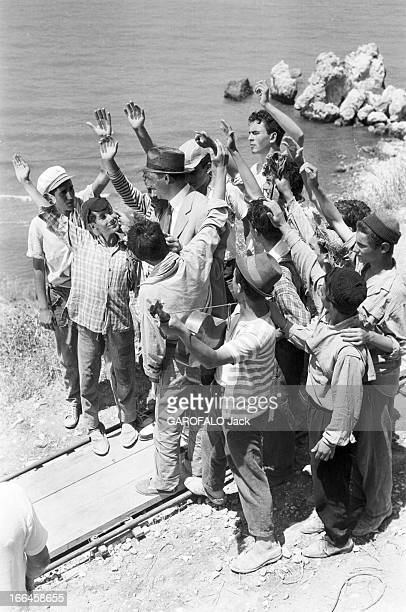 Shooting Of The Film 'La Loi' By Jules Dassin 12 juin 1958 tournage du film 'La Loi' de Jules DASSIN Sur la plage Yves MONTAND portant un chapeau...
