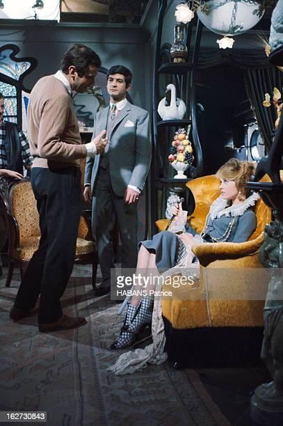 Shooting Of The Film 'La Ronde' By Roger Vadim. Tournage du film 'La RONDE' de Roger VADIM : le réalisateur expliquant une scène à son actrice Jane...