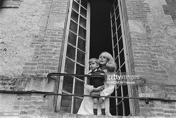 Shooting Of The Film ' La Vie De Château' By JeanPaul Rappeneau Catherine DENEUVE en chemise de nuit serrant contre elle son fils Christian VADIM...