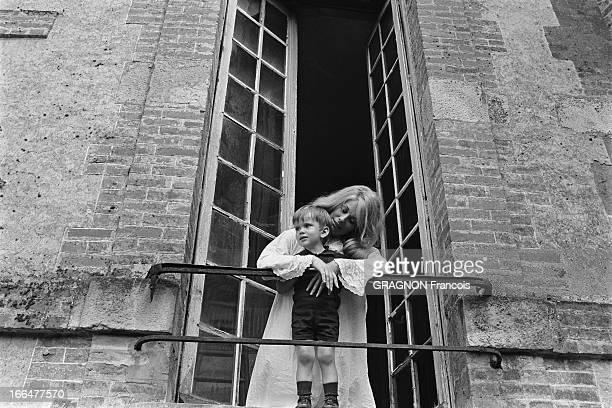Shooting Of The Film ' La Vie De Château' By JeanPaul Rappeneau Catherine DENEUVE en chemise de nuit tenant contre elle son fils Christian VADIM...