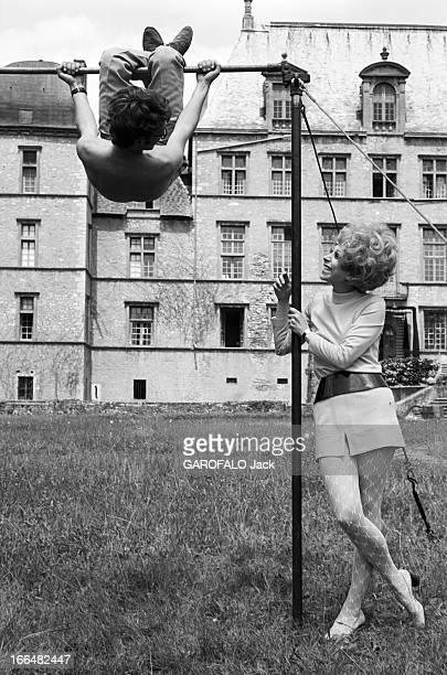 Shooting Of The Film 'Le Diable Par La Queue' France Fareins 4 juillet 1968 'Le Diable par la queue' est un film français réalisé par Philippe de...