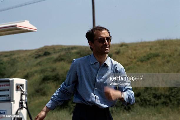 Shooting Of The Film 'le Mepris' By Jeanluc Godard Italie mai 1963 Dans une station service le réalisateur JeanLuc GODARD portant des lunettes de...