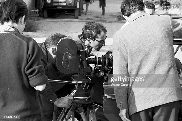 Shooting Of The Film 'le Mepris' By Jeanluc Godard Italie mai 1963 Sur le tournage du film 'Le Mépris' du réalisateur JeanLuc GODARD le réalisateur à...