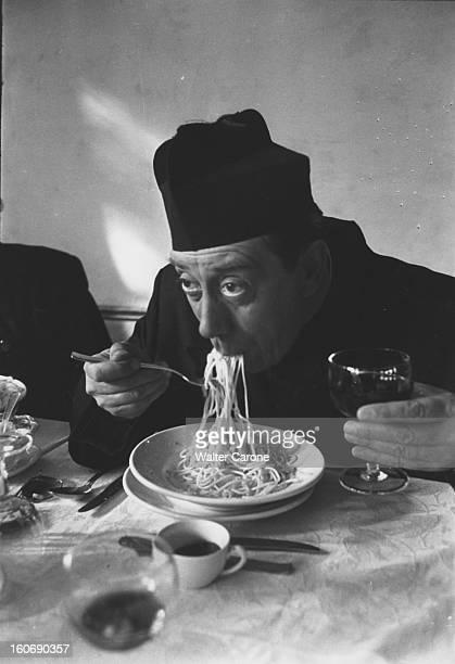 Shooting Of The Film 'le Retour De Don Camillo' By Julien Duvivier FERNANDEL en tenue de Don Camillo mangeant des spaghetti accompagnés d'un verre de...