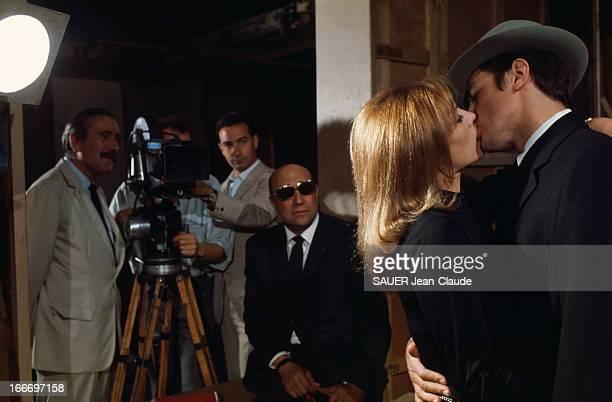Shooting Of The Film 'Le Samourai' By JeanPierre Melville Alain DELON et son épouse Nathalie s'embrassant à pleine bouche lors du tournage d'une...