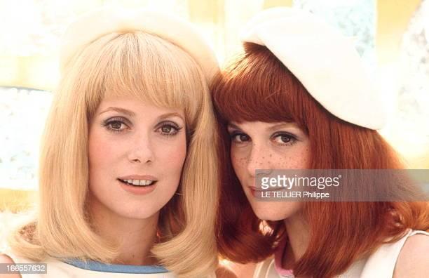 Shooting Of The Film 'Les Demoiselles De Rochefort ' By Jacques Demy Plan de face souriant de Françoise DORLEAC perruque rousse avec sa soeur...