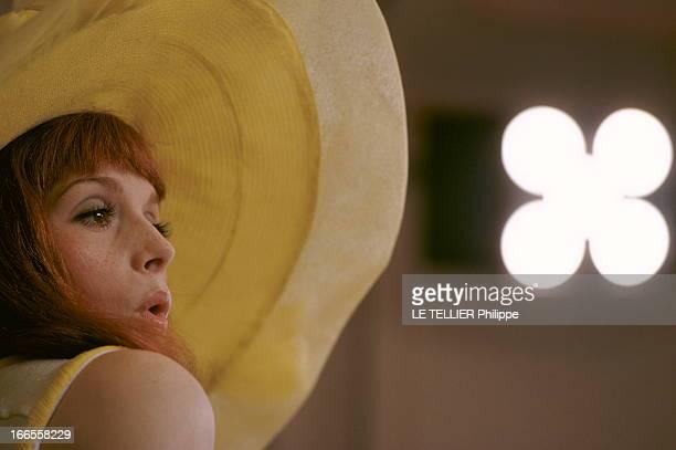 Shooting Of The Film 'Les Demoiselles De Rochefort ' By Jacques Demy Plan de profil de Françoise DORLEAC coiffée d'une capeline jaune chantant lors...