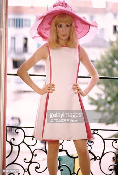 Shooting Of The Film 'Les Demoiselles De Rochefort ' By Jacques Demy Attitude de Catherine DENEUVE en robe blanche et rose sans manche et capeline...
