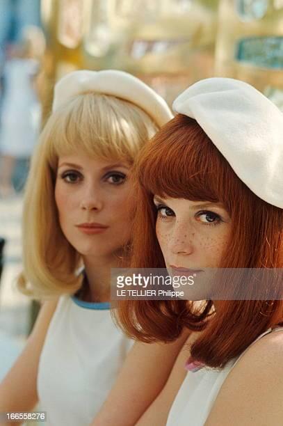 Shooting Of The Film 'Les Demoiselles De Rochefort ' By Jacques Demy Plan de face souriant de Françoise DORLEAC perruque rousse au premier plan avec...
