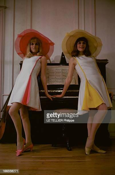 Shooting Of The Film 'Les Demoiselles De Rochefort ' By Jacques Demy Attitude souriante de Catherine DENEUVE en robe blanche et rose sans manche et...